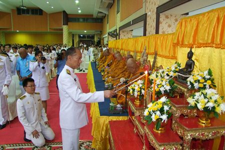 Gov. Khomsan Ekachai presides over chanting by royal monks in honor of HM the Queen's birthday at Chonburi's Chalerm Prakiat Pavilion.