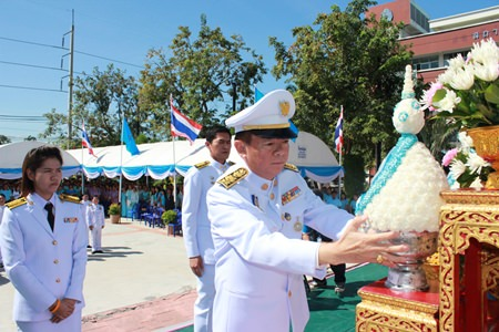 Banglamung District Chief Sakchai Taengho presents phanpum (jasmine flower cone) to a portrait of HM the Queen Sirikit at Banglamung District Hall.