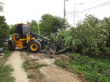 Authorities are clearing trees and brush to begin putting in a new road through the Sukhumvit Soi 45 area.
