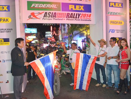 Deputy Mayor Ronakit Ekasingh (left) waves the starting flag for the rally participants.