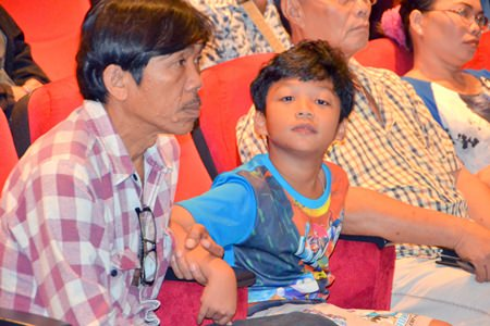 Parents and children from Pattaya listen intently to lecturers at the conference for better child care.