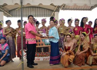 Noppadon Luangon, the director of Banglamung School, receives a donation from Nopparat Uppala, manager of costumes and accessories at the Colosseum Show Pattaya.