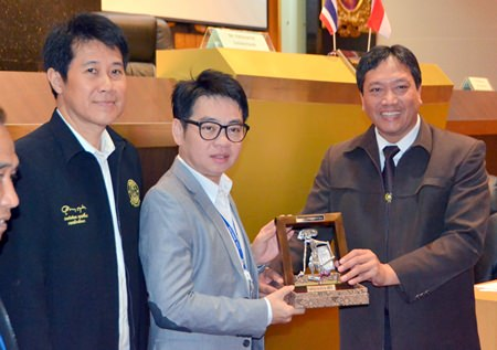 National Institute of Public Administration of the Republic of Indonesia Chairman Tri Widodo Wahyo Utomo (right) presents a souvenir to City Councilman Rattanachai Sutidechanai (center).