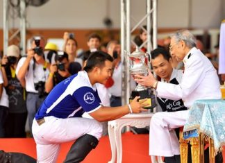King Power receive the King's Cup trophy from the HM the King of Thailand's Royal representative, H.E. Privy Councilor, Rear Admiral, Mom Luang Usni Pramoj.