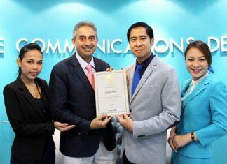 Vijay K Verghese (center left), Editor& Director, Dancing Wolf Media, hands the prestigious award to Songkrot Palakawong Na Ayuthaya (center right), Director - Corporate Affairs & Events of Bangkok Airways.