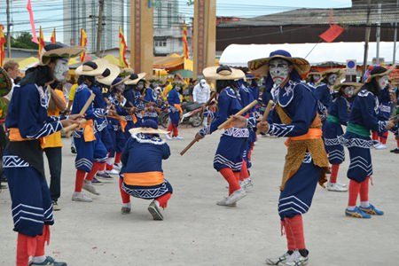 Eng-Ko fighters perform at Sawang Boriboon Thammasathan.