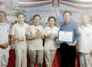 Praichit Jetpai (center), president of the YWCA Bangkok - Pattaya Center, donates 2 pulse oximeter devices to the Sawang Boriboon Foundation via PTBA president Sinchai Wattanasartsathorn (2nd right).
