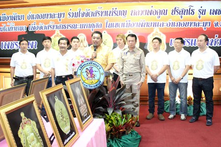 Former Culture Minister Sonthaya Kunplome (centre) presides over the press conference announcing the special amulets.