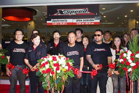 (L to R) Burin Chanragkarnkha, managing director of Mityon Pattaya Limited, along with Nipa Chanragkarnkha, Vice Admiral Alangkarn Wichaikul and Purin Krissanawanich jointly cut the ribbon during the grand opening event.