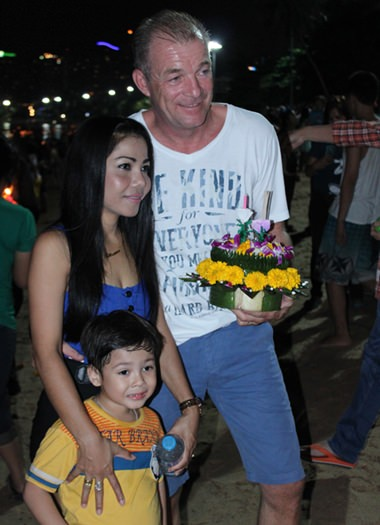 A lovely family prepares to loy their krathong.