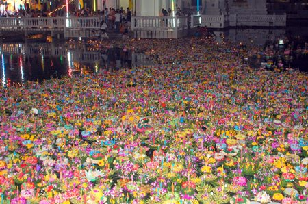 Chaimongkol Temple in South Pattaya hosted a grand Loy Krathong festival.