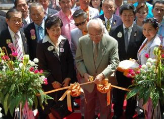 Air Chief Marshal Kamthon Sinthwaranon cut the ribbon to officially open the new library.