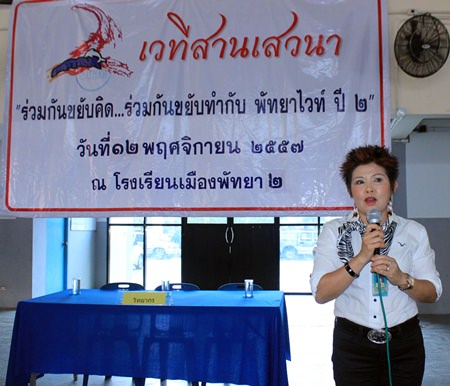 Public Health Department researcher Bubpa Songsakulchai gives a lecture on the effects of drug use and methods to prevent it.