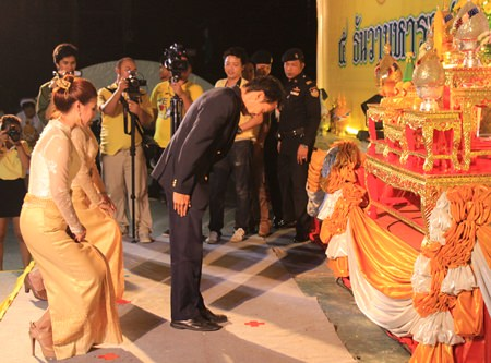 Vutikorn Kamolchote, president of the Rotary Club of Jomtien-Pattaya pays his respects to HM the King.