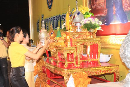Nutsara Duangsri and Praichit Jetapai pay homage to HM the King on behalf of the Pattaya Mail Media Group.