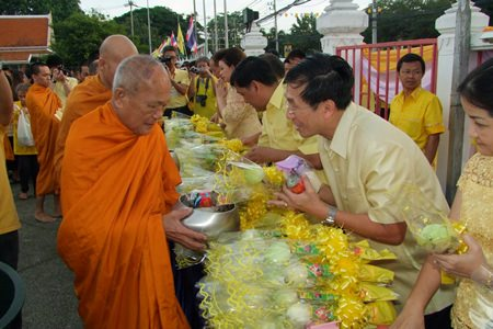 Government officials in Chonburi joined more than 2,000 Red Cross officials, judges, civil servants, military, police, state enterprise officers, and residents to hand out rice and dried food to 88 monks to make merit for His Majesty on his birthday.