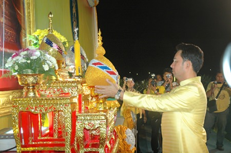 Mayor Itthiphol Kunplome represented the entire city in pledging love and unconditional loyalty to HM the King.