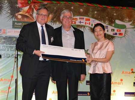 Frank Holzer (center), director of ASEAN Manufacturing Finance of GM Thailand, won a free trip on Singapore Airlines, presented by Chidapa Tantiprasit (right) and Australian Ambassador H.E. Paul Robilliard (left).