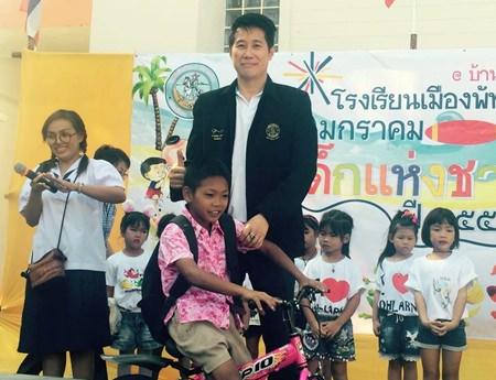 Banjong Banthoonprayuk, member of Pattaya City Council, along with members of the Lions Club of Pattaya-Taksin hold activities for children at Pattaya School No 10 (Larn Island).