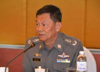 Pol. Maj. Gen. Nitipong Niamnoi, commander of Chonburi's provincial police, joins the discussion with Pattaya business operators and listens to complaints about traffic problems in Pattaya.