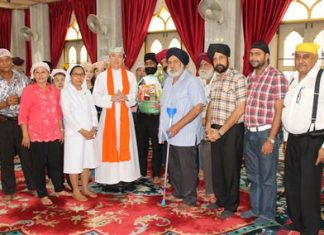 Father Krisada presents a token of goodwill to Amrik Singh Kalra, head of the Sikh community in Pattaya.