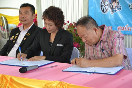 Nongprue Mayor Mai Chaiyanit signs an agreement to open the center with Special Education Center Region 12 Director Sawee Dokkularn.
