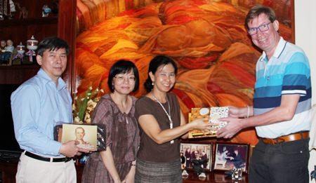 (L to R) Museum Specialist Sanchai Wongsarawanee, Senior Curator Suwapak Piriyapolkai and Team Executive Sumaivadee Merkasut present Jan Olav Aamlid with gifts from the Bank of Thailand.