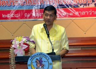 Chonburi Deputy Mayor Chawalit Saeng-Uthai presides over the latest training program for beach chair vendors.