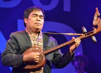 Khaommao Peerdthanon plays a heartfelt song on the Thai lute.