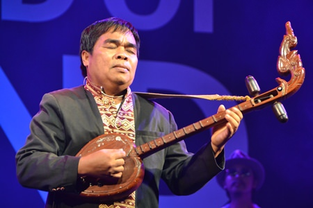 Khaommao Peerdthanon plays a heartfelt song on the Thai lute.
