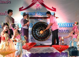 Pattaya Mayor Itthiphol Kuplome (right) joins Sopin Thappajug on stage to strike a gong and officially open the Na Lanna Condominium.