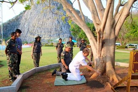 Chonburi Gov. Khomsan Ekachai presides over the merit making ceremony at Buddha Mountain.