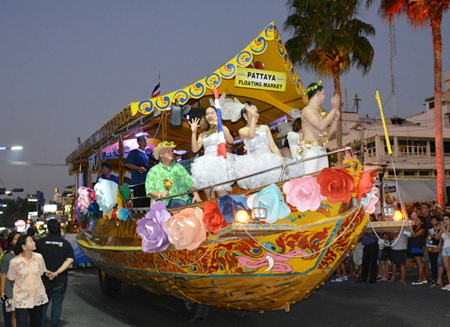 The Pattaya Floating Market float seems to be suspended in air.