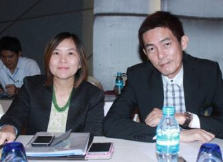 TAT Pattaya Director Suladda Sarutilavan (left) and THA Eastern Chapter President Sanphet Suphabuansathien (right) report on the current tourism situation of Thailand.