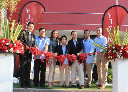 Chonburi Permanent Secretary Phawat Lertmukda, Pattaya Mayor Itthiphol Kunplome, Sunhavut Thamchuanviriya, managing director of the Master Group, and guests cut the ribbon to officially open the Azimut Lounge.