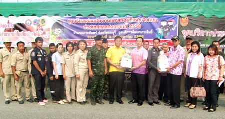 Chonburi Deputy Gov. Chamnanwit Taerat (center, right, holding bag) inspected police checkpoints in Koh Chan, Bo Thong, and Nong Yai districts during the busy Songkran travel season.