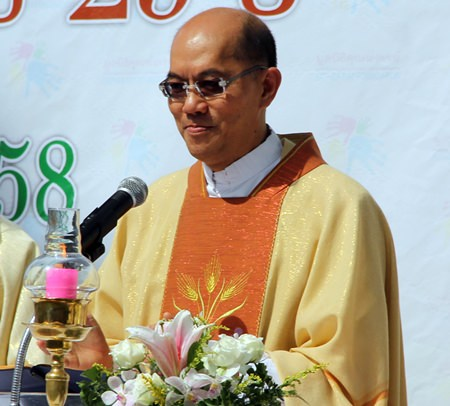 Father Apisit, Superior of the Redemptorists in Thailand, leads the Mass.