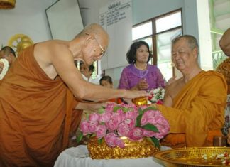 Monks and laypeople turned out in droves to wish a happy birthday to Phothisamphan Temple Abbot Punya Pattanaporn.