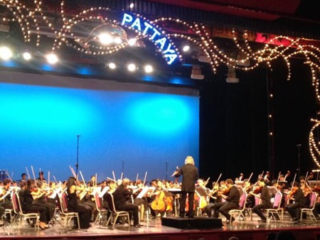 Hikotaro Yazaki conducts the SSMS Orchestra from Silpakorn University for the PILC charity concert.