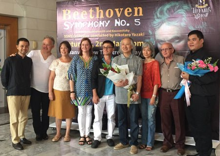 PILC President Helle Rantsen (4th left) is among well-wishers thanking conductor Hikotaro Yazaki after the concert.
