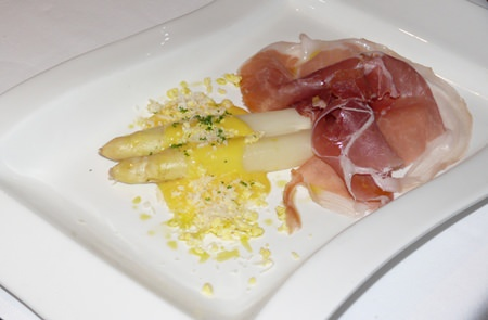 Steamed white asparagus with Hollandaise sauce and Parma ham.