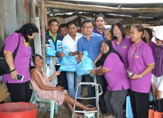 Deputy Mayor Wutisak Rermkitkarn, health volunteers, and Pattaya public health officers paid a visit to 71-year-old Jee Thongkam in the Baan Nernrodfai Community to donate necessities and funds for living.