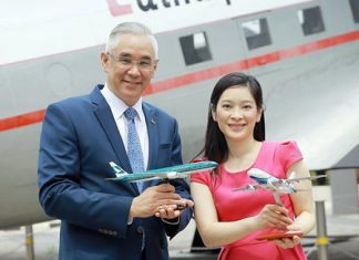 Prote Setsuwan (left), Vice President - Marketing at Bangkok Airways, and Patricia Hwang (right), General Manager Revenue Management at Cathay Pacific, exchange souvenirs at Cathay Pacific's headquarters in Hong Kong in celebration of their new partnership.