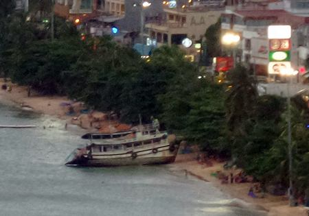 In a drunken stupor, Khampa Artmala ran his boat aground on Pattaya Beach, causing people to scatter.