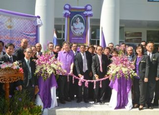 Judges and conciliators of Pattaya Provincial Court cut the ribbon to open the Mediation Center.