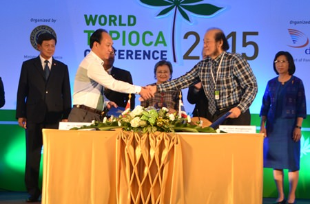 An MOU signing ceremony also took place between Japan and Thailand at the conference. Shown here, Liu Hong (left) from Japan and Chen Wongboonsin (right) from General Mills Corporation Ltd., Thailand seal the deal with a handshake.