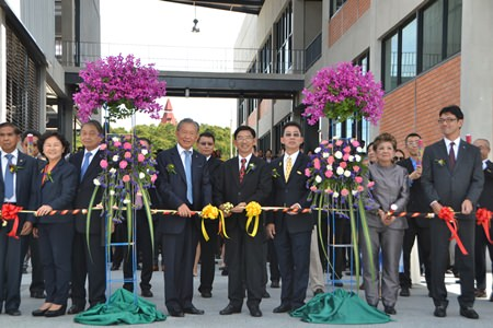Executives, including Phornthep Phornpraphan - President and CEO of Siam Motors Group; Somkit Lertpaitoon - Rector of Thammasat University; and Kazutaka Numbu -President of Nissan Motors (Thailand) Co., Ltd. cut the ribbon to officially open the new engineering buildings.