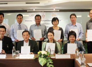 Sanphet Suphabuansathien, president of the Thai Hotels Association Eastern Region, joined Green Leaf Thailand Vice President Wiwan Pongbooronakij and hotel management to sign an agreement to adopt the recommendations of the Thai Health Promotion Foundation.