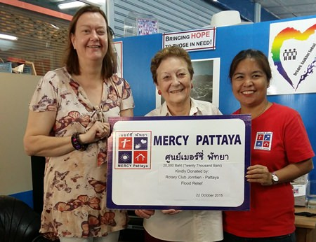 The Rotary Club of Jomtien-Pattaya donated 20,000 baht to help flood victims and united with Mercy Pattaya to help with flood relief in the community.