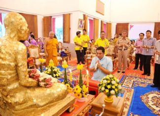 Former Culture Minister Sonthaya Kunplome (kneeling, center) takes part in a religious ceremony to mark 44 years since the passing of revered monk Luang Poh Thongyu.